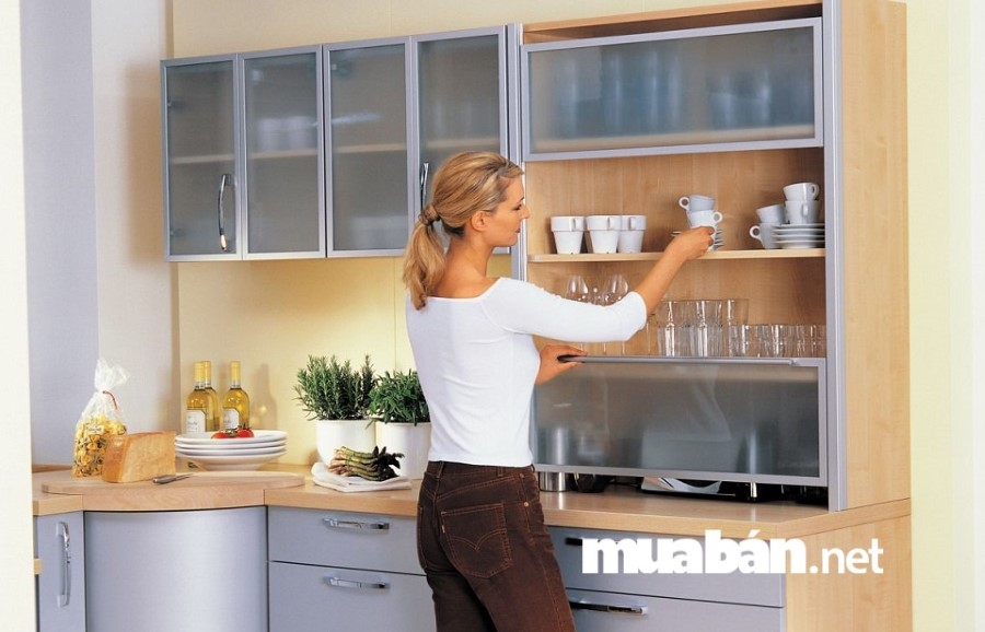 Giá đỡ mở không chỉ giúp phòng bếp trông ngăn nắp mà còn tạo cảm giác nới rộng không gian.