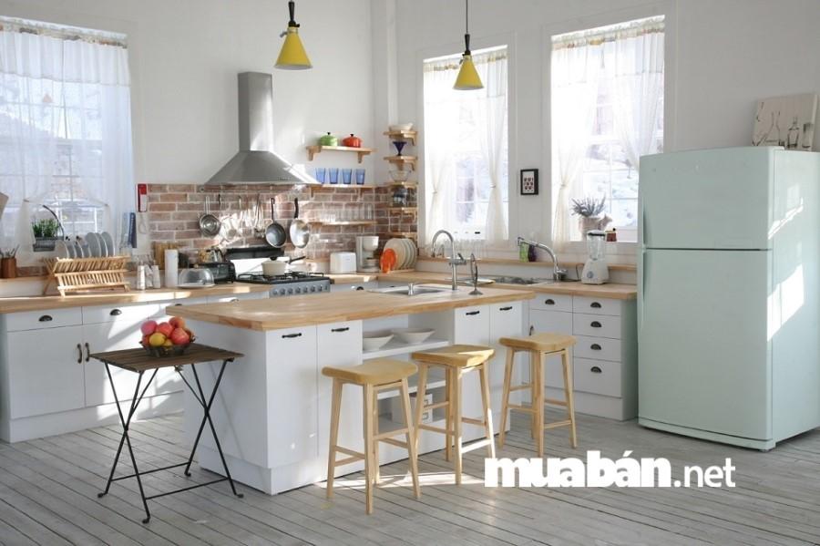 Sử dụng những chiếc ghế đẩu sáng màu để biến căn bếp thành quầy bar hiện đại.