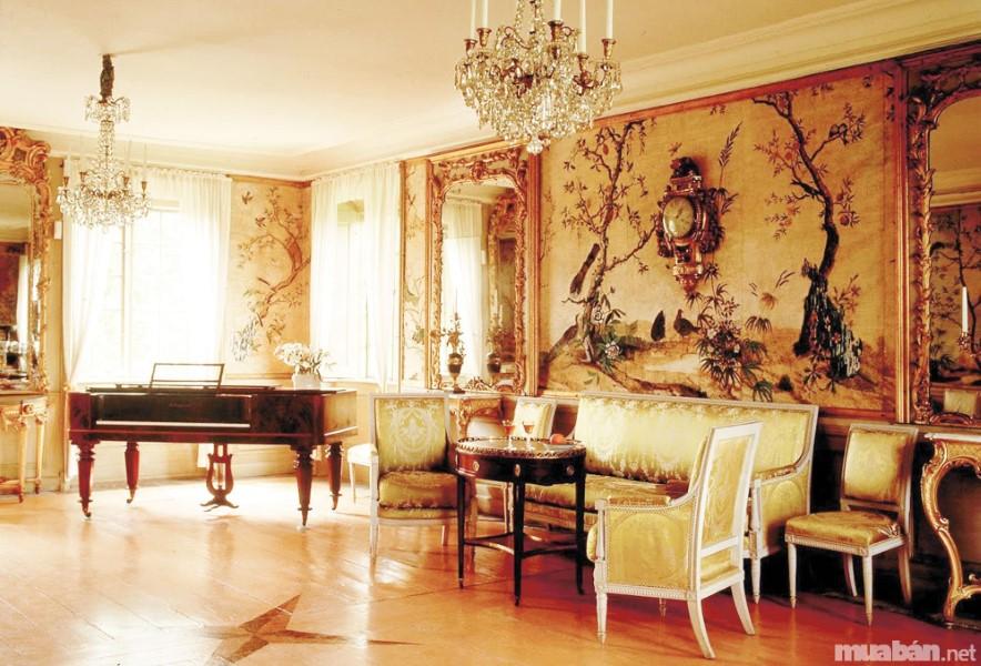 Phong cách nội thất cổ điển của biệt thự nổi bật với những họa tiết trang trí cầu ký, phúc tạp mang đến sự sang trọng và tinh tế như những quý tộc thời xưa. Đa số, các thiết kế của phong cách cổ điển thường lấy cảm hứng từ những biểu tượng tôn giáo, những tác phẩm nghệ thuật kinh điển và những công trình, kiến trúc của các quý tộc, vua chúa thời xưa. Những chi tiết đó vô cùng tỉ mỉ nhằm phô trương quyền lực và sự giàu có của chủ nhân mỗi ngôi biệt thự.