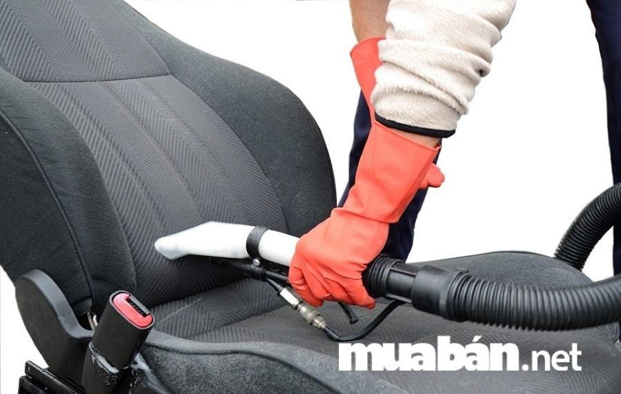 Hút sạch bụi trong các khe ghế, thao tác nhẹ nhàng để tránh làm trầy xước bề mặt da ghế.