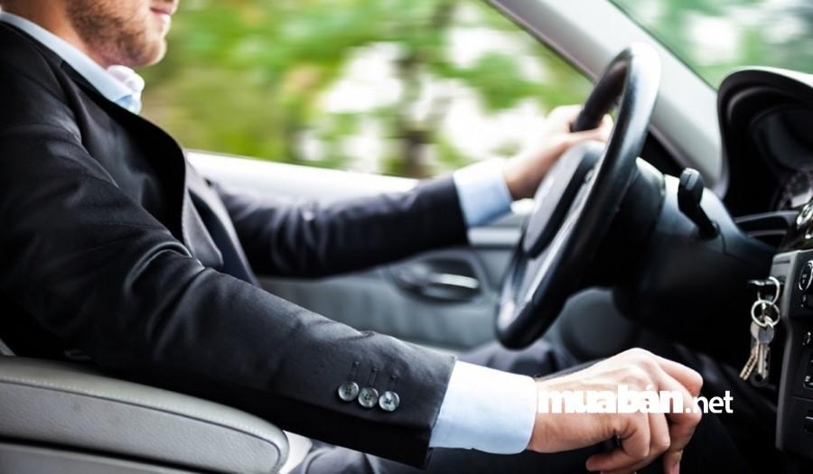 Bạn không nên sử dụng chân trái khi lái xe hộp số tự động.