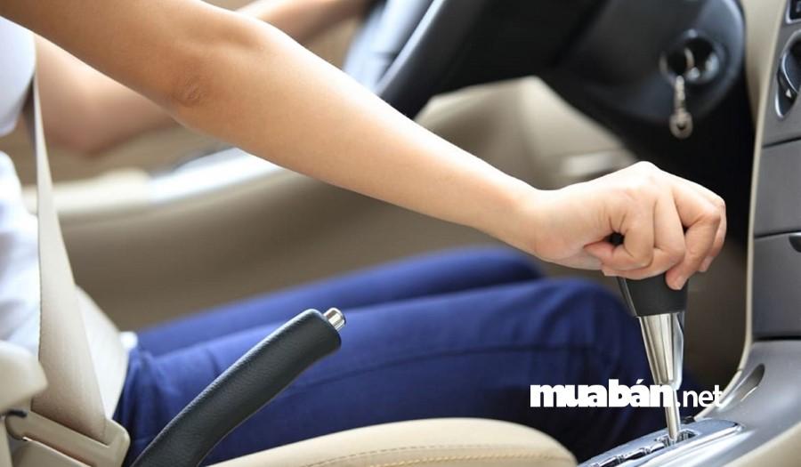 Sử dụng chân trái khi đạp phanh có thể làm giảm phản xạ phanh trong trường hợp khẩn cấp.