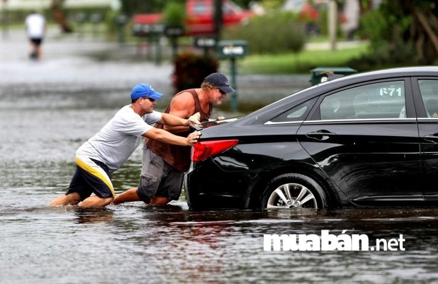 Đừng cố gắng nổ máy khi động cơ xe ô tô đã bị vào nước.