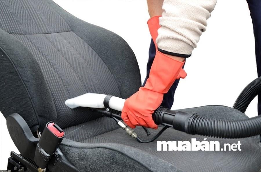 Hãy dùng khăn thấm hết số nước đọng còn lại trên nội thất, dùng quạt, máy sấy,... để làm khô trước khi đưa xe ô tô về garage.