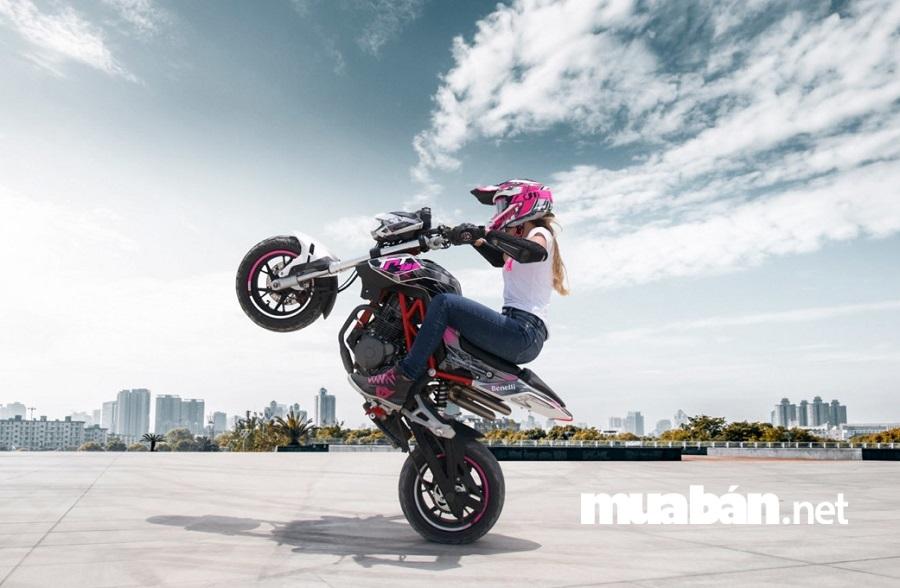 Benelli TNT 125 đang được đánh giá là mẫu xe mô tô giá rẻ phù hợp cho bạn nữ cá tính, thích đi phượt.