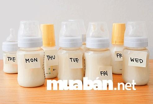 Mẹ nhớ ghi chú ngày tháng hút sữa để kiểm tra được thời hạn sử dụng