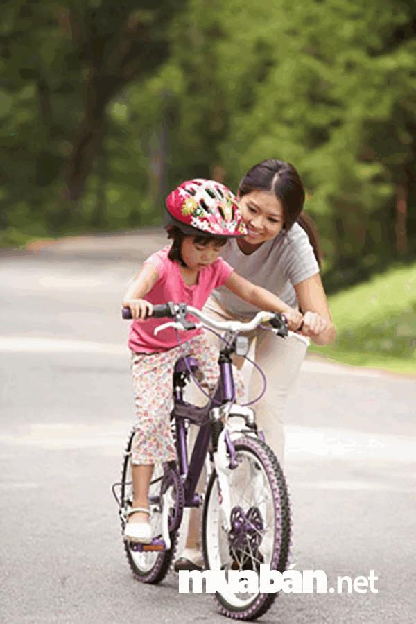 Đi xe đạp ngoài trời giúp trẻ nâng cao sức khỏe, tăng cường sự trao đổi chất trong cơ thể