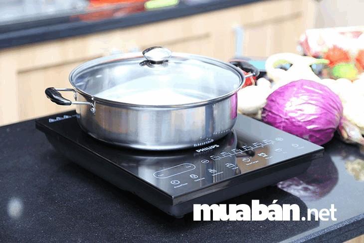 Lựa chọn đáy nồi vừa với vùng nấu trên bếp từ để tăng hiệu suất của bếp khi nấu