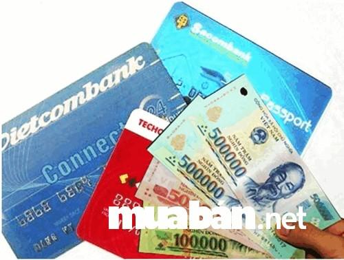 Mang theo tiền mặt và cả thẻ ATM/thẻ tín dụng có sẵn tiền dự phòng