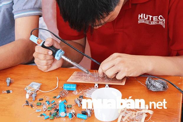 Sinh viên chuyên ngành cơ khí chế tạo máy ở trường HUTECH