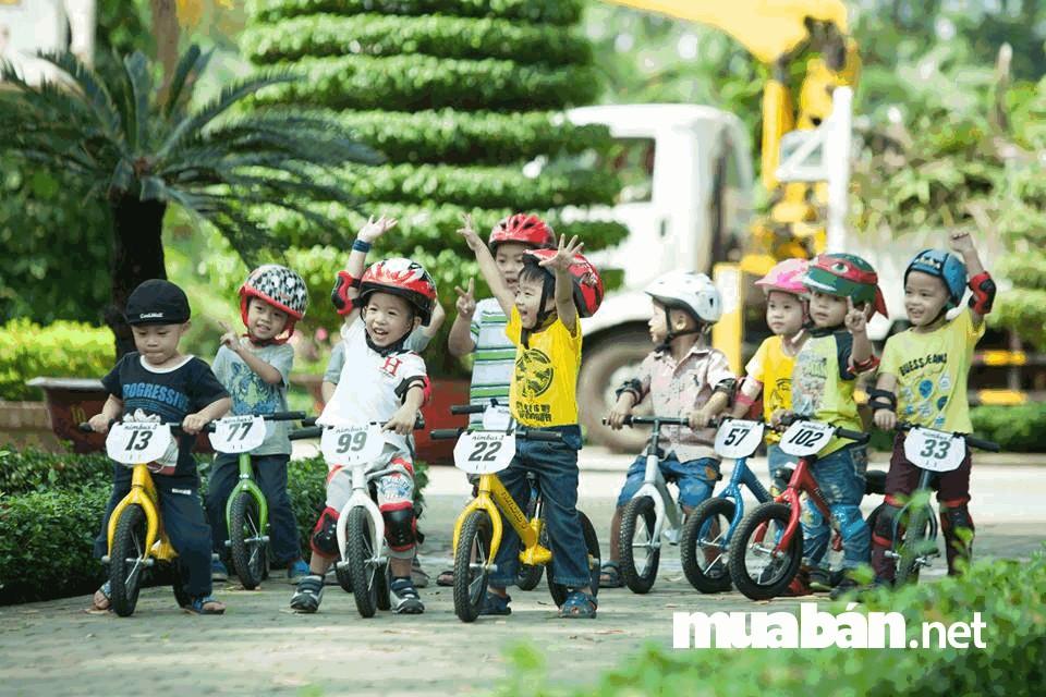 Tổ chức các cuộc đua xe đạp, giúp trẻ giao lưu với các bạn cùng trang lứa
