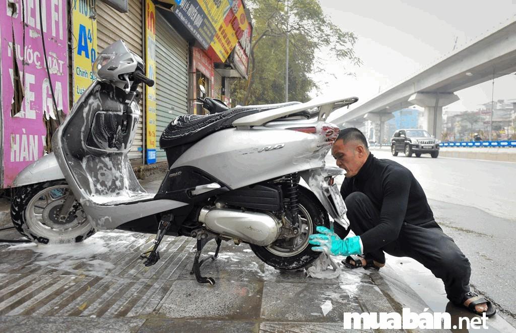 Bạn nên vệ sinh chiếc xe sạch sẽ trước khi chụp hình và đăng bán