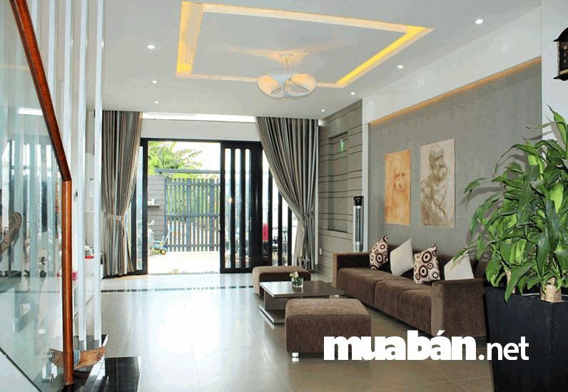 Xem xét vị trí cửa để bố trí phòng khách hợp lý, tạo sự thoải mái khi tiếp khách