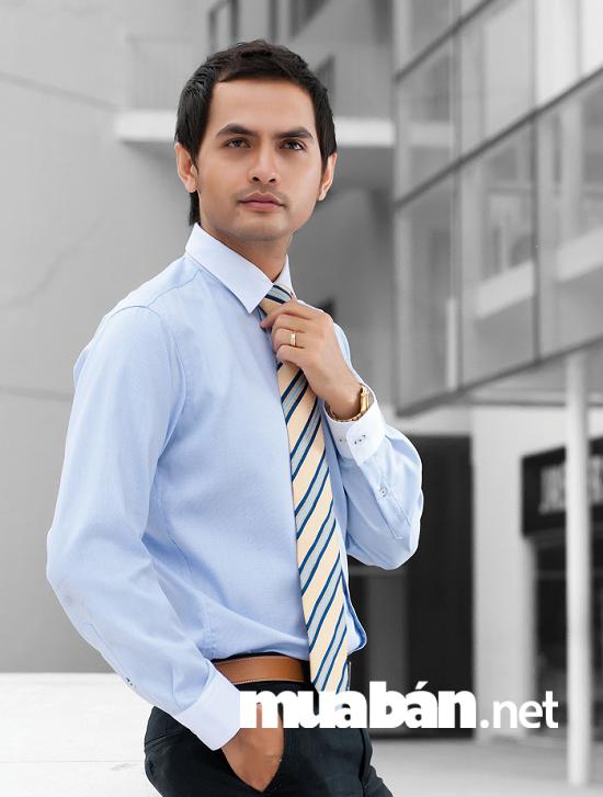 Để lựa chọn được các mẫu áo sơ mi công sở nam đẹp, bạn nên chú đến độ dài ống tay áo.