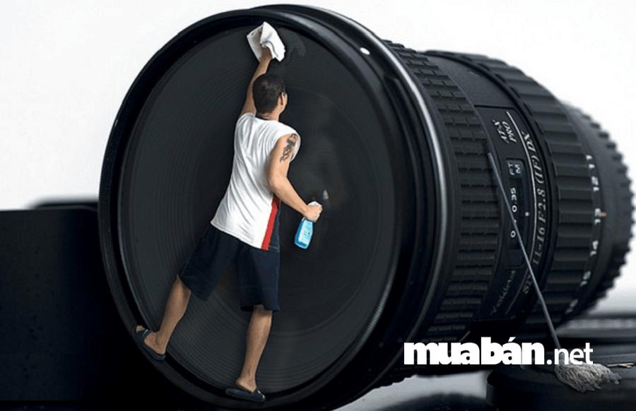 Khoảng vài tháng bạn nên vệ sinh thân máy ảnh một lần.