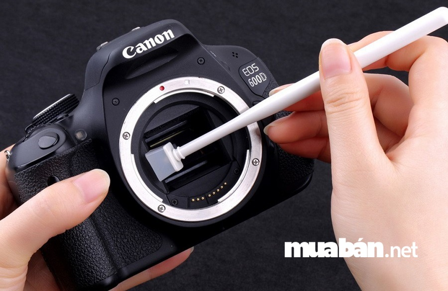 Khi làm sạch cảm biến máy ảnh bạn nên lau thật cẩn thận và nhẹ nhàng.