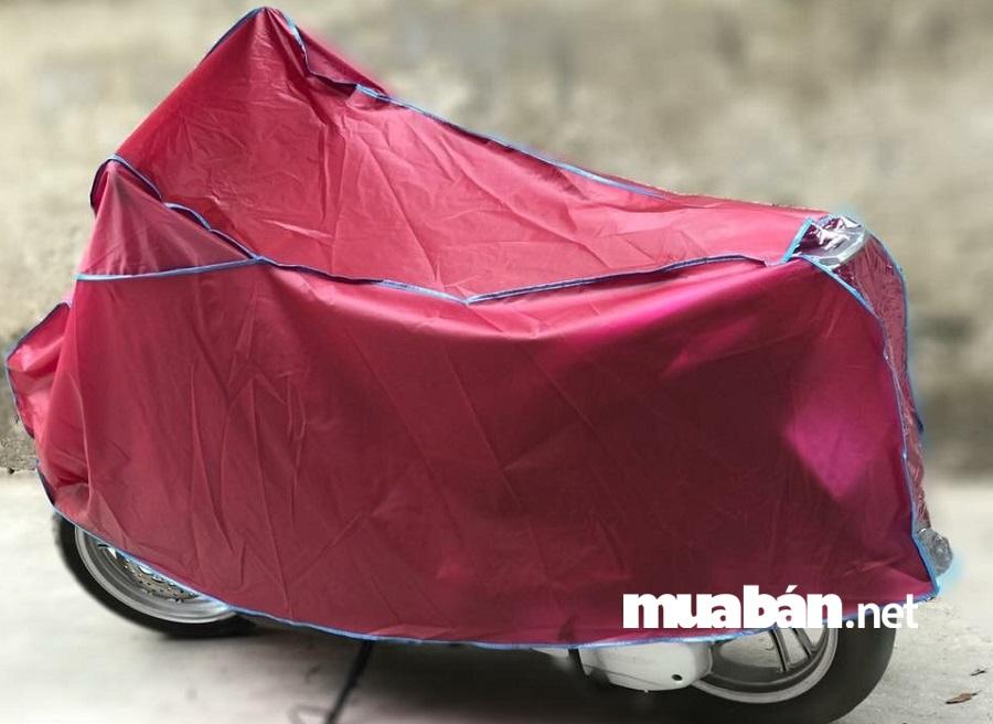 Với thiết kế rất nhẹ, nhỏ gọn, tiện lợi các loại bạt phủ xe máy rất thích hợp để bạn sử dụng để bảo vệ chiếc xe của mình dù ở bất cứ đâu.