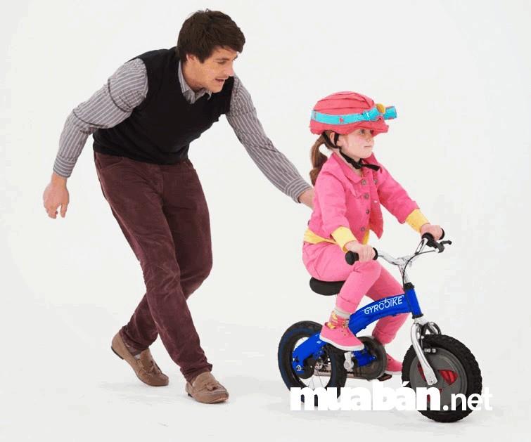 Học cách điều khiển xe đạp, giúp bé rèn luyện được nhiều kỹ năng và tính kiên nhẫn