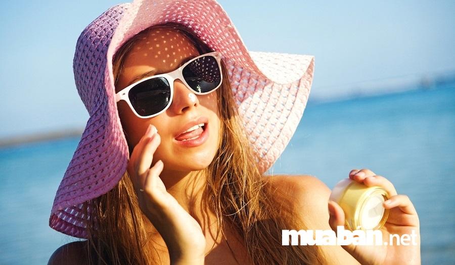 Đừng bao giờ quên việc thoa kem chống nắng và che chắn cẩn thận khi bạn ra ngoài trời bởi tia UV rất có hại cho làn da.