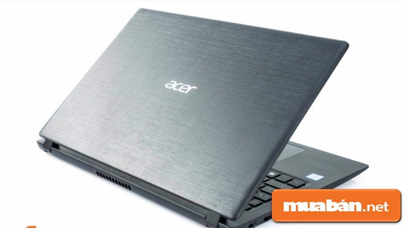 Acer A315-32-C9A4 được trang trí các họa tiết cắt ngang dọc chồng lên nhau.