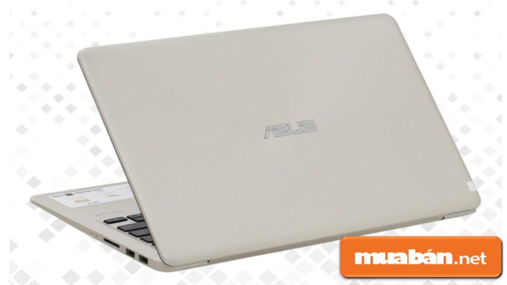 Asus Vivobook A411UA được thiết kế vỏ nhựa đơn giản nhưng cảm giác khá cứng cáp.