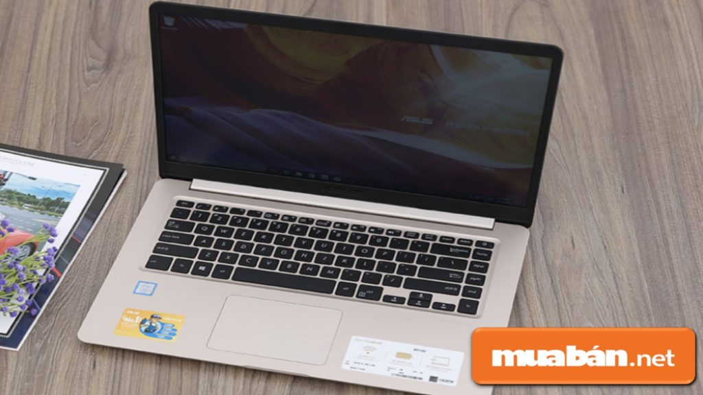 Asus Vivobook X510UA có thiết kế vỏ nhựa, có họa tiết vân tròn đồng tâm.