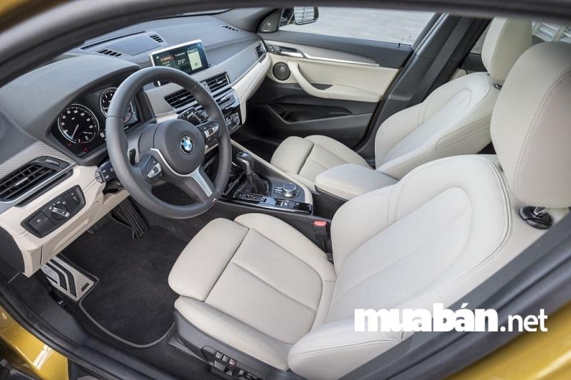 Điểm nhấn của BMW X2 2018 về mặt nội thất chính là bảng điều khiển hướng về phía người lái.