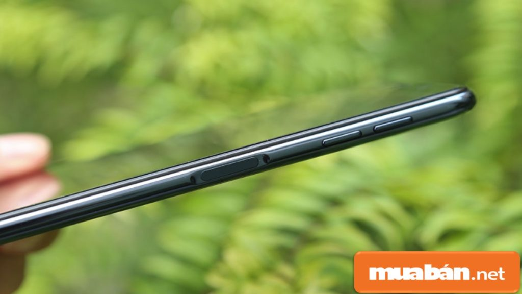 Cảm biến vân tay của Samsung A7 2018 được thiết kế ở cạnh phải máy, phía trên nút nguồn