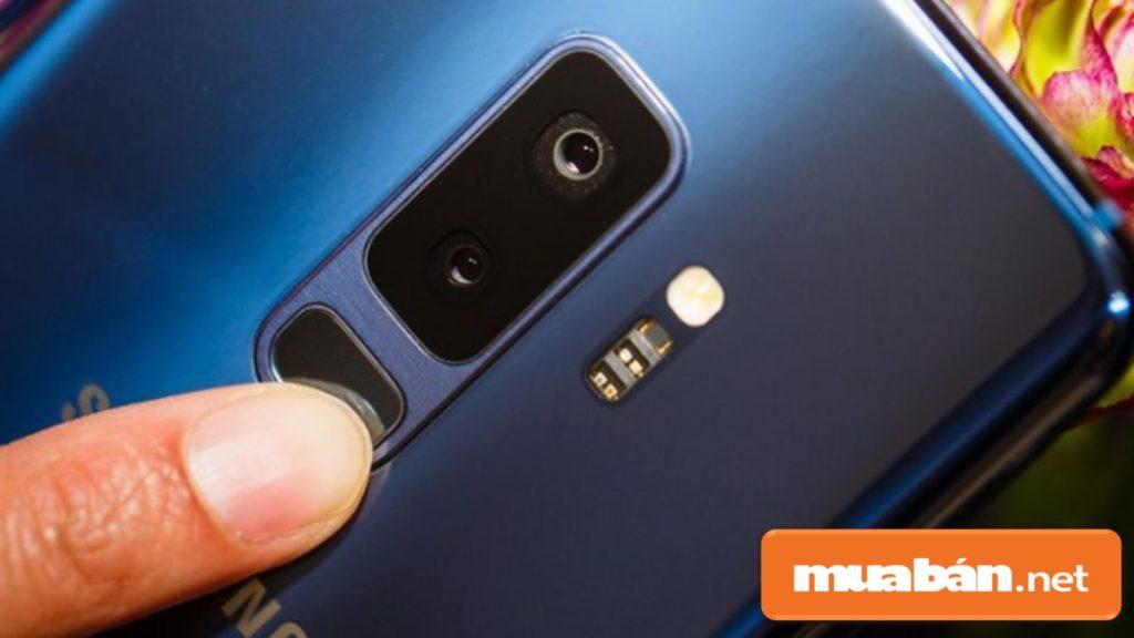 Cụm camera kép trên điện thoại Samsung Galaxy S9 Plus.