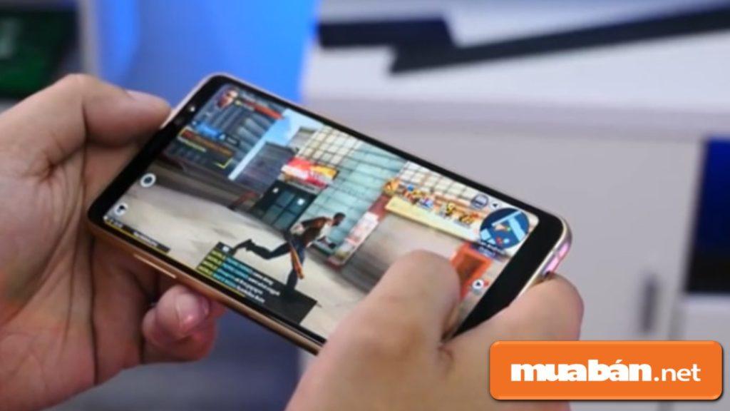 Galaxy A8 được trang bị vi xử lý 8 nhân Exynos 7885 và Ram 4Gb, bộ nhớ trong 32Gb, tha hồ cho bạn sử dụng.