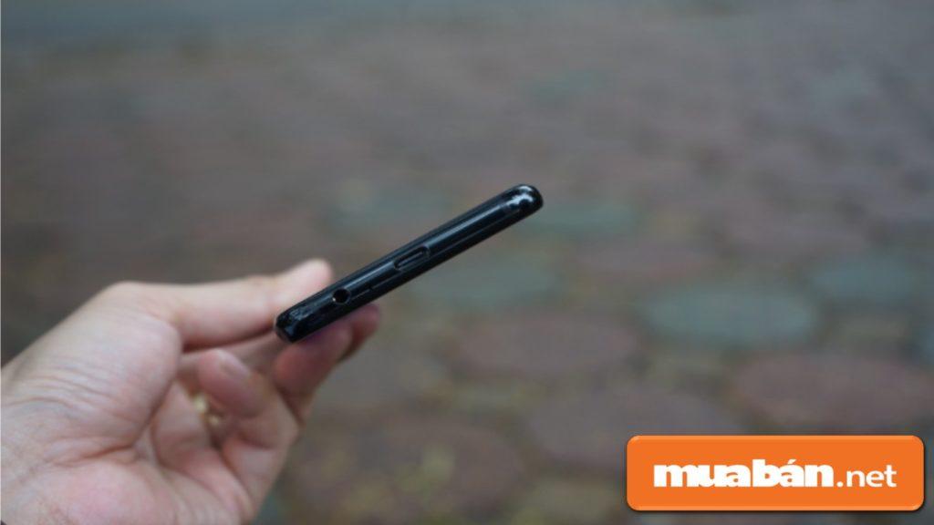 Samsung Galaxy A8 sử dụng cổng USB-C nhưng không hỗ trợ sạc không dây.