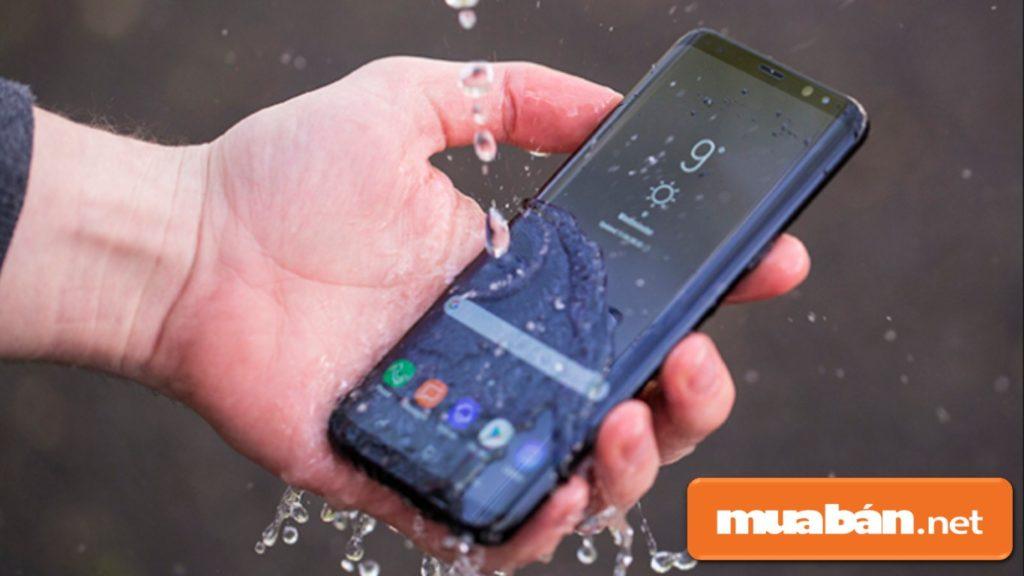 Nên lựa chọn điện thoại Samsung chụp hình đẹp và có khả năng chống nước để đảm bảo an toàn.