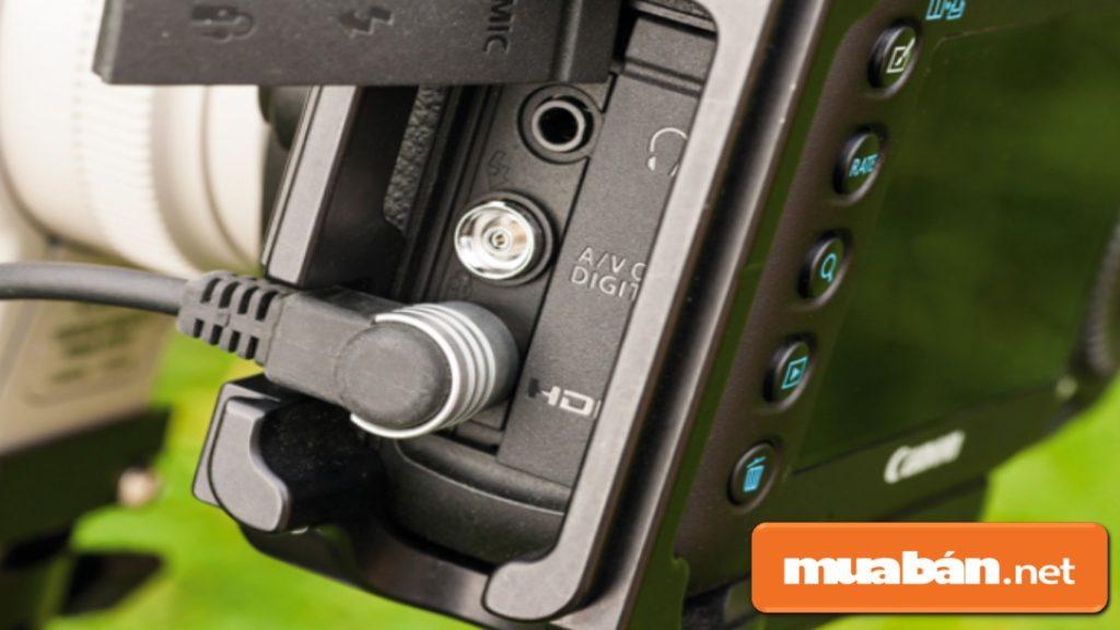 Đóng các cổng kết nối của máy ảnh cơ để hạn chế bị ẩm hoặc nước dính vào máy.