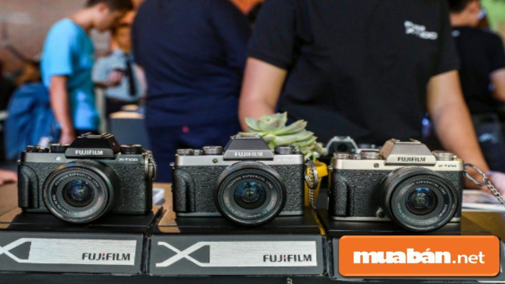 Máy ảnh Fujifilm X-T100 có 3 màu: đen, xám bạc và màu vàng champagne.