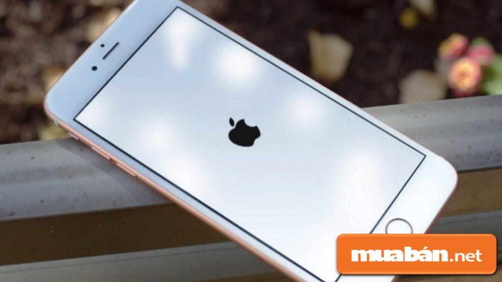 Iphone 8 chạy hệ điều hành iOS 11 nhưng không ổn định, nên phải cập nhật phiên bản mới hơn nếu có.