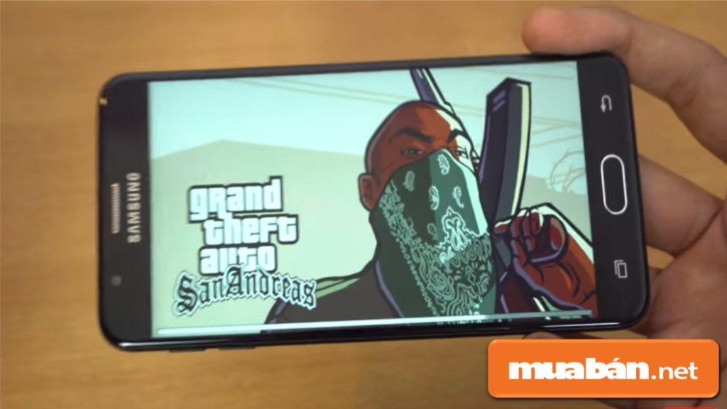 Cấu hình của Galaxy J7 Prime giúp bạn thoải mái xem phim, chơi game.