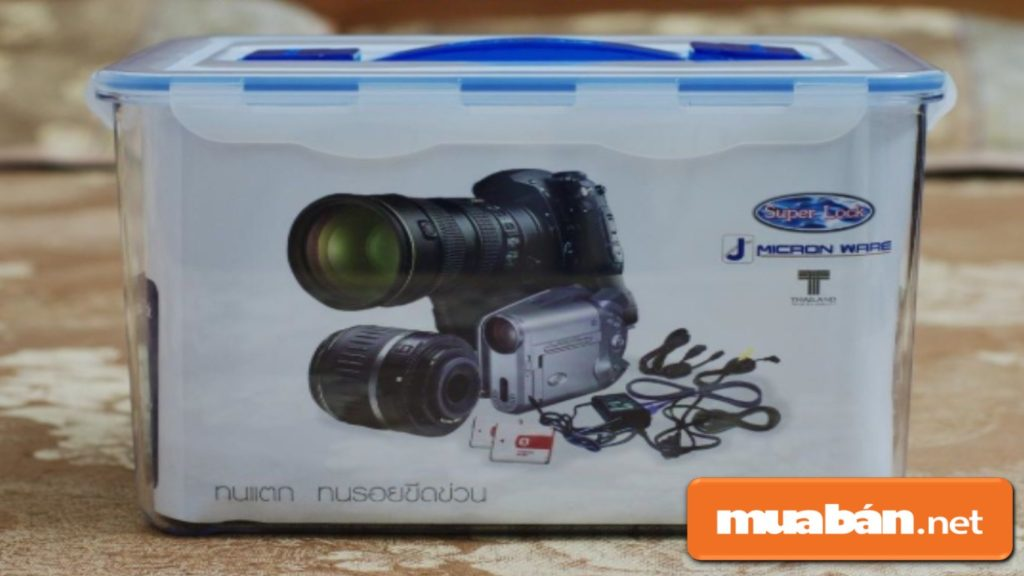 Hộp chống ẩm dành cho máy ảnh giá thành rẻ hơn nhưng không an toàn tối đa như tủ chống ẩm.