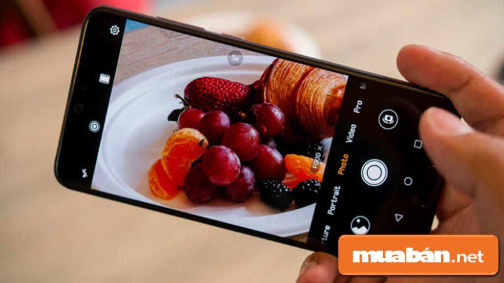 Huawei P20 Pro được hỗ trợ chụp ảnh xóa phông, chống rung quang học, nhận diện khuôn mặt, lấy nét bằng laser.