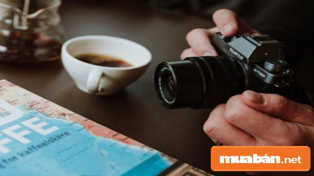 Máy ảnh Fujifilm X-T100 với cảm biến CMOS 24.2MP APS-C, cùng khả năng lấy nét tự động và nhanh.