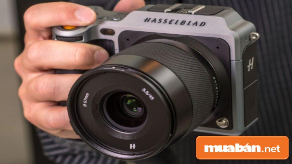 Nên lựa chọn những máy ảnh cầm vừa tay và dễ dàng thao tác sử dụng.