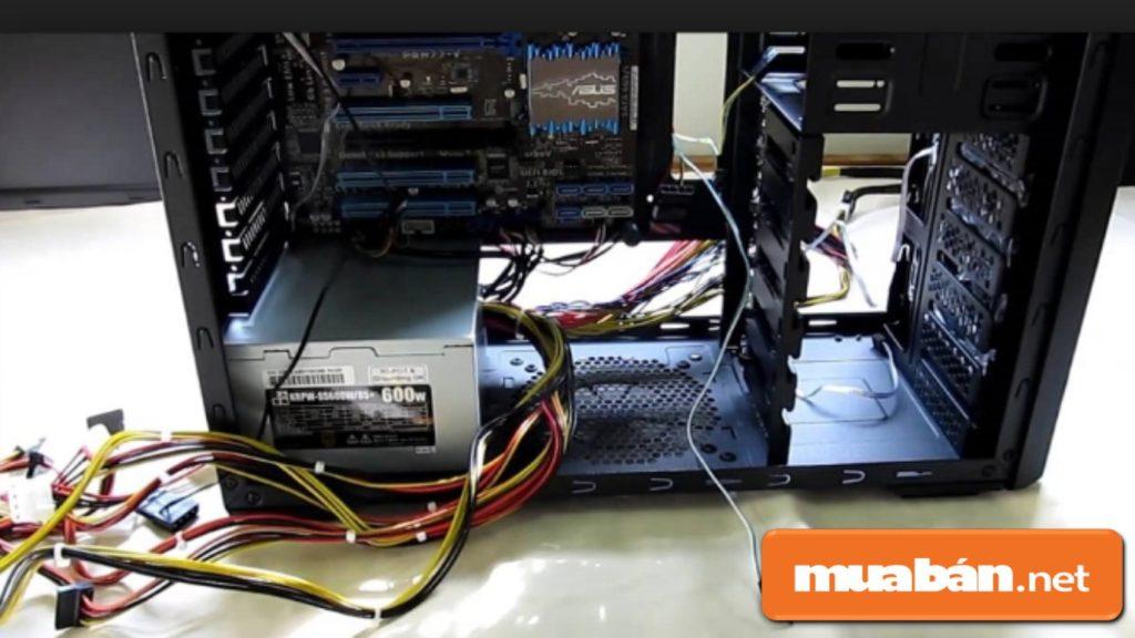 Kiểm tra tem dán hoặc các ốc vít trên bộ nguồn máy tính.
