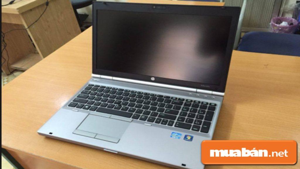 Kiểm Tra Màn Hình Laptop Cũ Xem Có Bị Trầy Xước, Nứt Vỡ Gì Không?