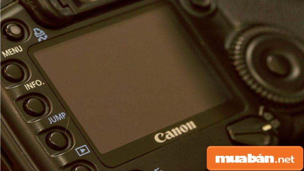 Kiểm tra kỹ màn hình vì đây là bộ phận tương tác trực tiếp để tạo ra tấm ảnh chụp