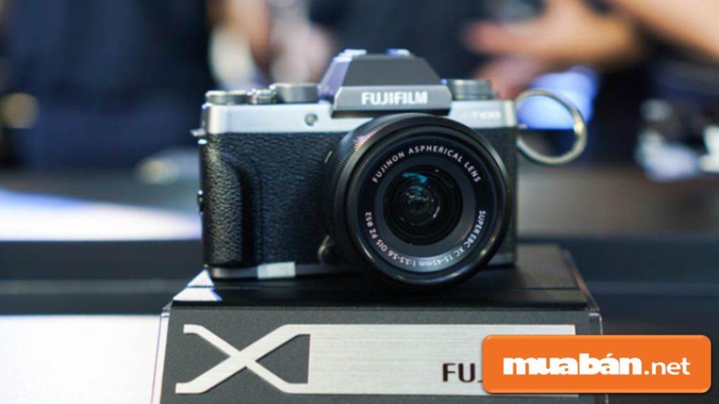 Máy ảnh Fujifilm X-T100 có thiết kế khá nhỏ gọn với trọng lượng 448g.