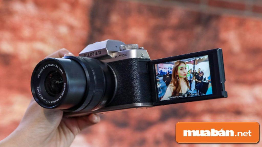Fujifilm X-T100 có màn hình cảm ứng LCD hiện đại với kích thước 3inch.