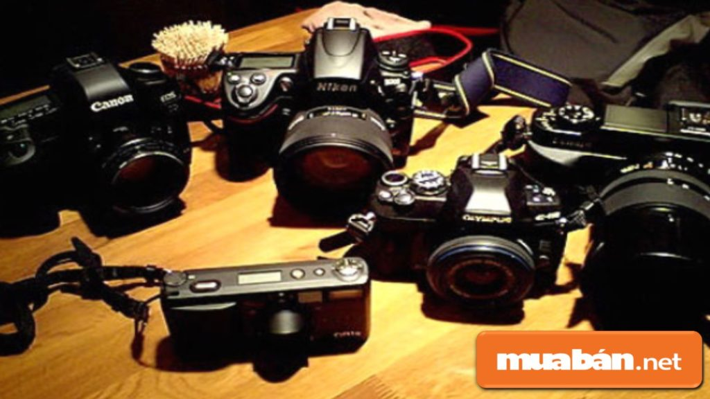 Tìm hiểu kỹ các thông tin về người bán hoặc cửa hàng bán máy ảnh cũ.
