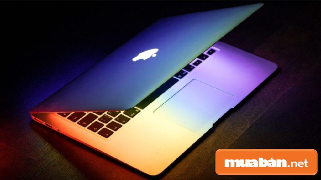 Nếu bạn chưa có máy tính bàn hoặc máy tính xách tay (laptop) thì nên mua máy tính trước.