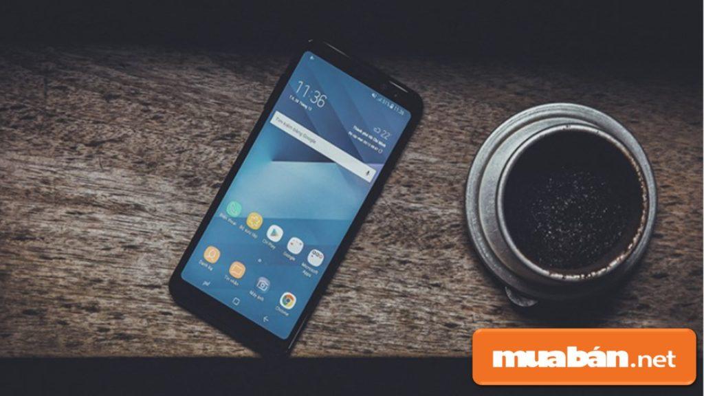 Galaxy A8 được thiết kế bằng khung kim loại, màn hình 5,5 inch, các phím điều hướng và Home được đưa vào trong.