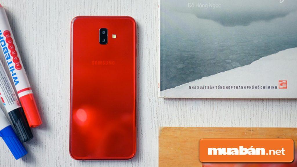 Samsung Galaxy J6 + được thiết kế nguyên khối bằng chất liệu nhựa.