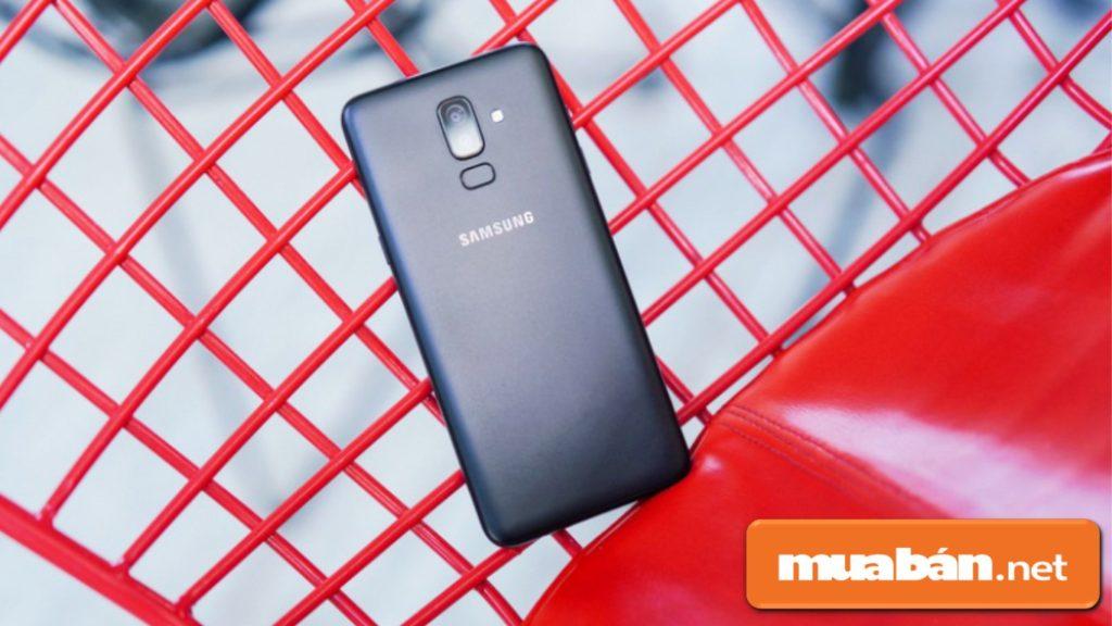 Samsung Galaxy J8 được thiết kế nguyên khối với chất liệu nhựa đơn giản.